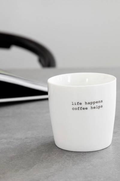 Bilde av SØGNE HOME LIFE HAPPENS COFFEE HELPS - PORSELENSKRUS FRA